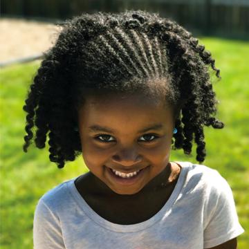 niña pequeña sonriendo