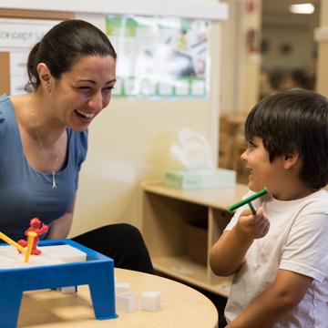 maestro trabajando con niño